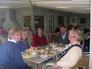 Group dining at Pinetrees including Bill Callaghan Orange, and Zita Coleman Waywind Travel